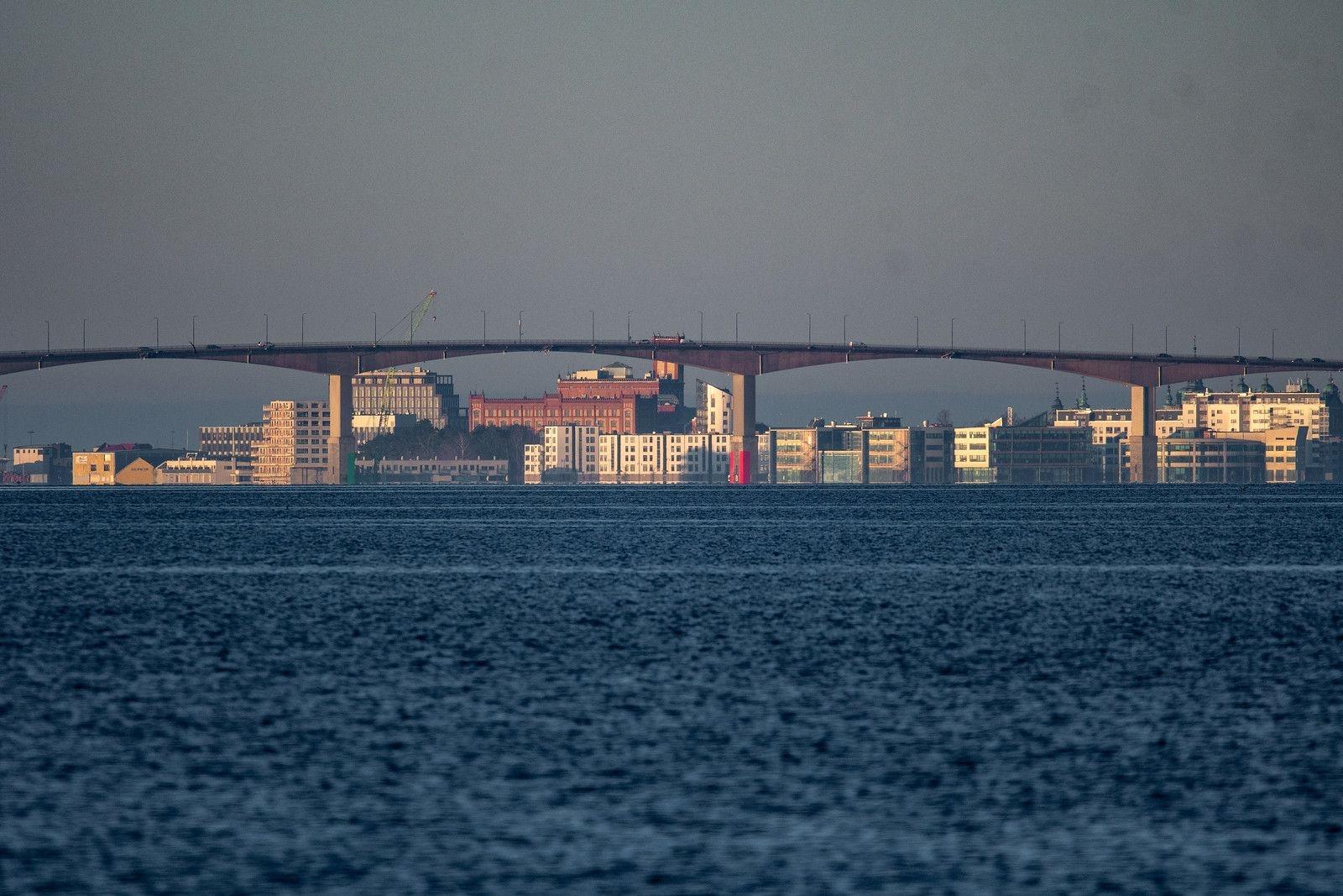 En vy mot Kalmar/Varvsholmen. Kalmars siluett är ju i ständig förändring just nu... Tagen i våras vid Stora Rörs utkiksplats för fågelskådare. Frågan är hu Kalmar resonerar med att bygga hus i strandlinjen...?