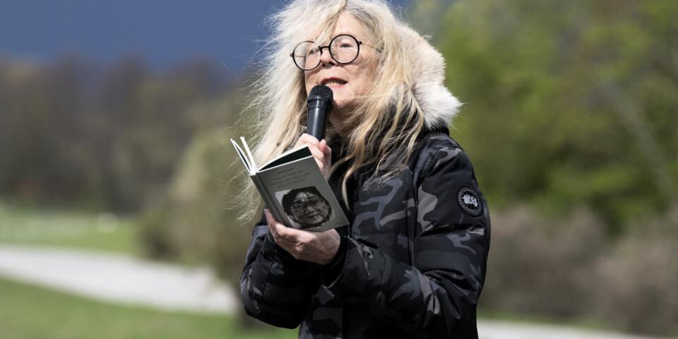 Författarförbundets ordförande Grethe Rottböll läser ur Gui Minhais diktsamling under en stödmanifestation utanför Kinas ambassad.