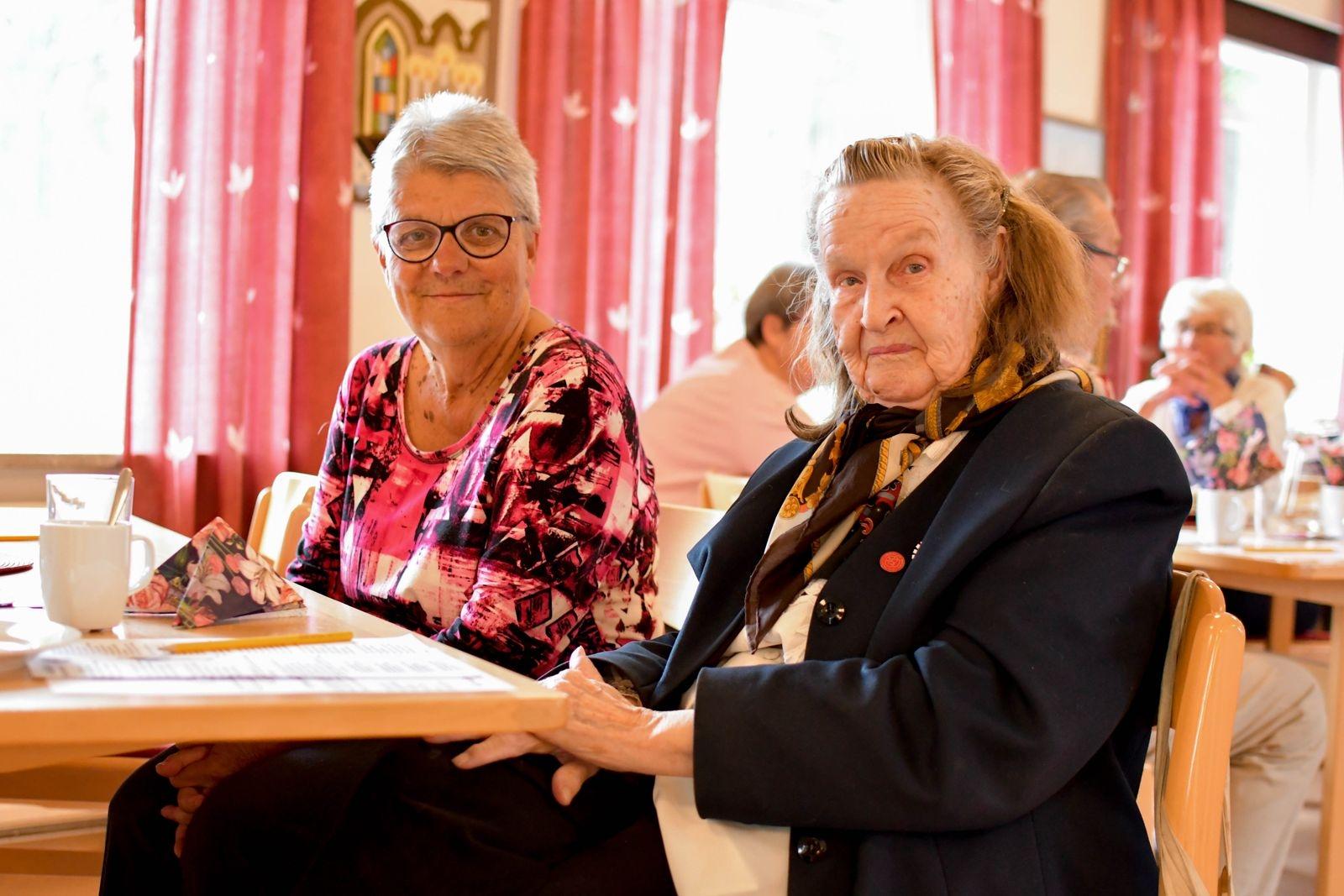 """Berit Müller och Irene Edmund besöker gärna drop in caféet. """"Jag uppskattar att komma hit"""" säger Irene. """"Det är trevligt att gå hit för att prata och dricka kaffe"""" håller Berit med."""