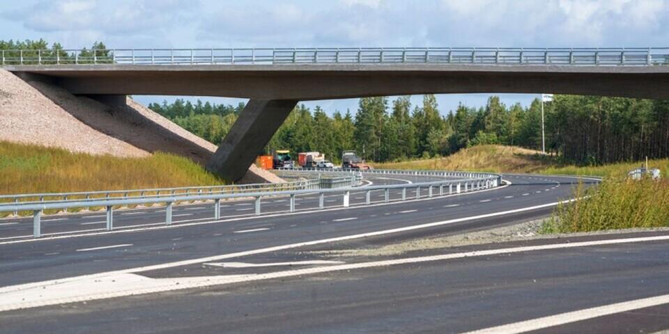 Den 10 december kan trafiken börja köra på den nya sträckan av E22, ett halvår tidigare än planerat. Här är vägen vid Vä/Mosslunda.