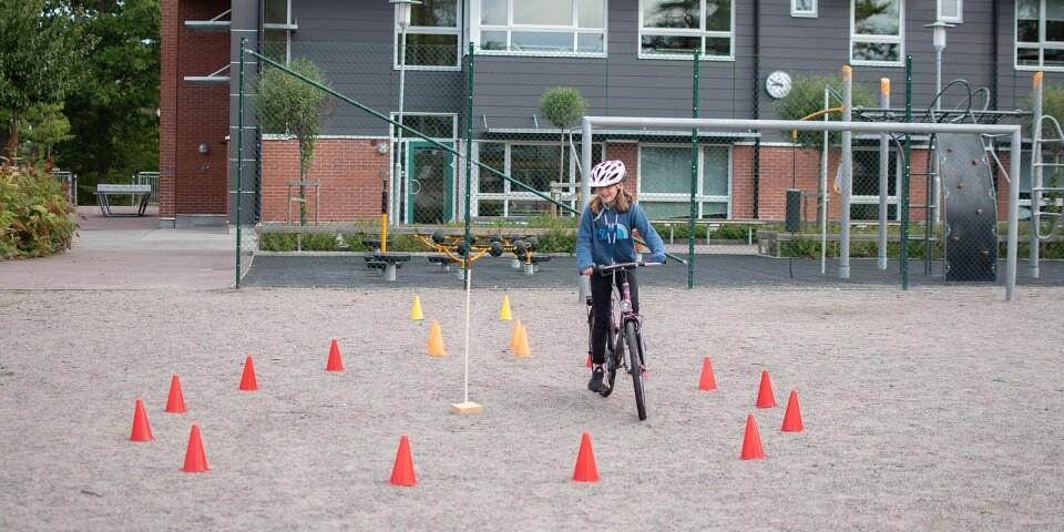 Att cykla i en rund cirkel kräver koncentration och balans, men Olta i årskurs 4 på Lindsdalsskolan klarar det fint.
