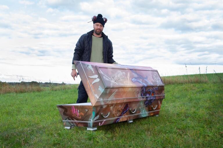 Graffitikonstnär målar sin egen kista