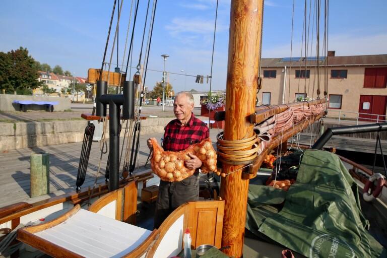 Han trafikerar kusten med sin fina potatisbåt Venus
