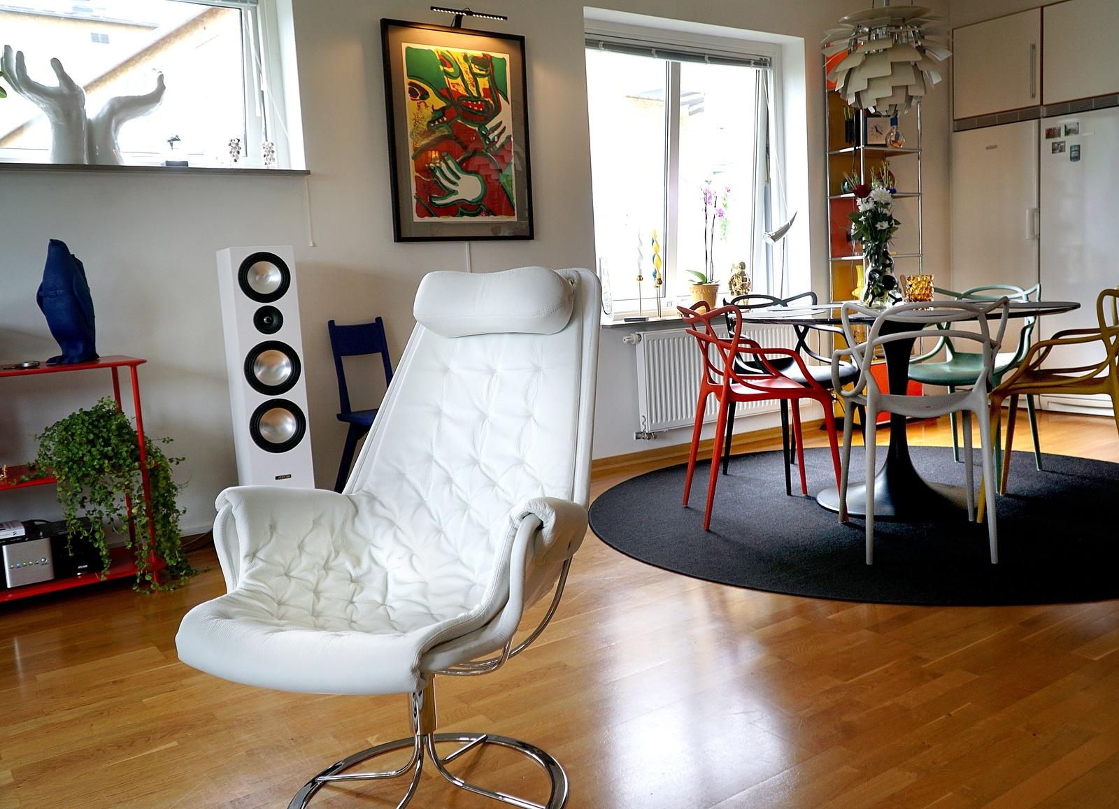 Jetsonfåtöljen köptes in nyligen och samtidigt såldes två andra fåtöljer. Det hör till vanligheterna att möbler och prylar byts ut.