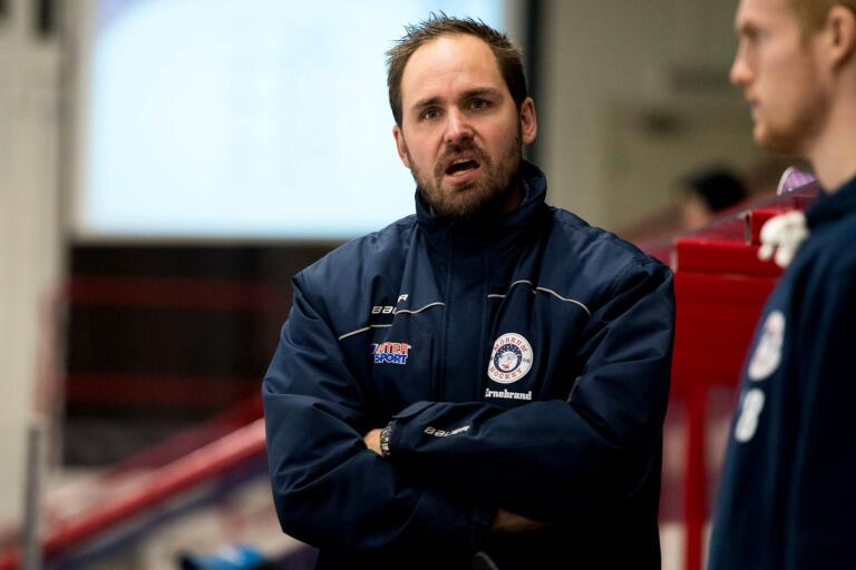 Mörrum Hockey åkte på en tung förlust borta mot HC Dalen. Tränaren Andreas Ernebrand har haft det jobbigt på bortaplan efter premiärsegern mot Krif.