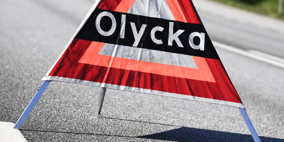 En man i 70-årsåldern blev påkörd av en bil när han hade stannat och skulle placera ut en varningstriangel på E18 utanför Enköping. Arkivbild.