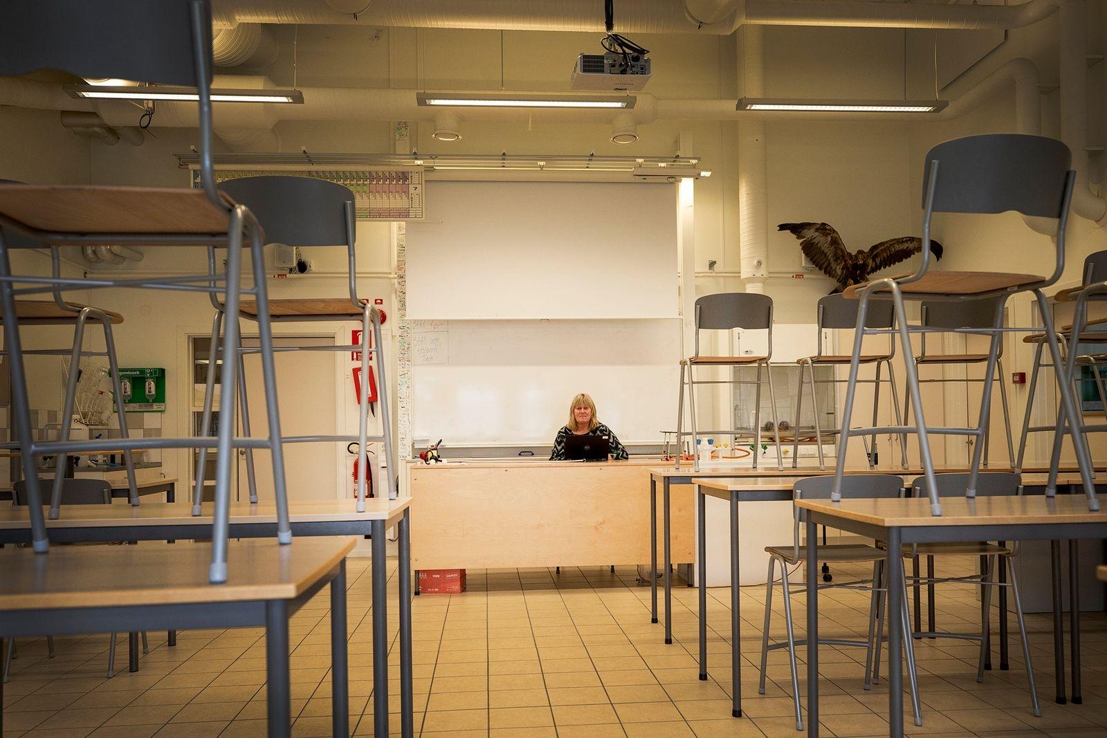När gymnasieskolorna stängdes för att minska smittspridning var matte- och naturkunskapsläraren Karin Hansson på Söderslättsgymnasiet en av dem som snabbt fick ställa om till fjärrundervisning - från ett tomt klassrum.