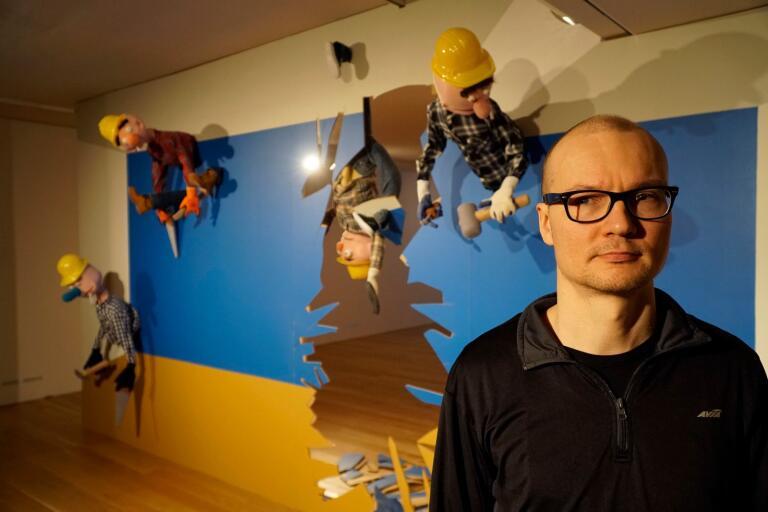 """Erkka Nissinen med """"Byggarna"""" som enligt honom är en metafor för samhällets byråkrati."""