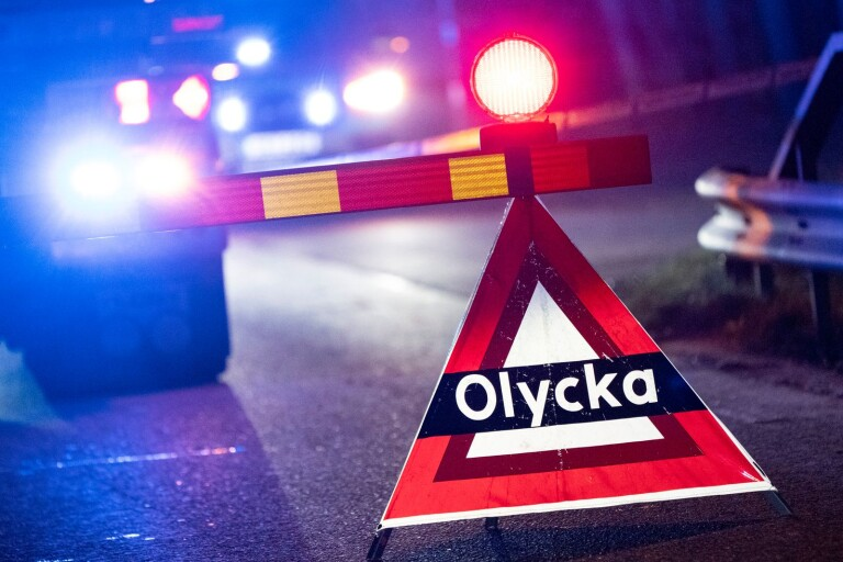 Riksväg 23: Personbil voltade – vägen stängdes av