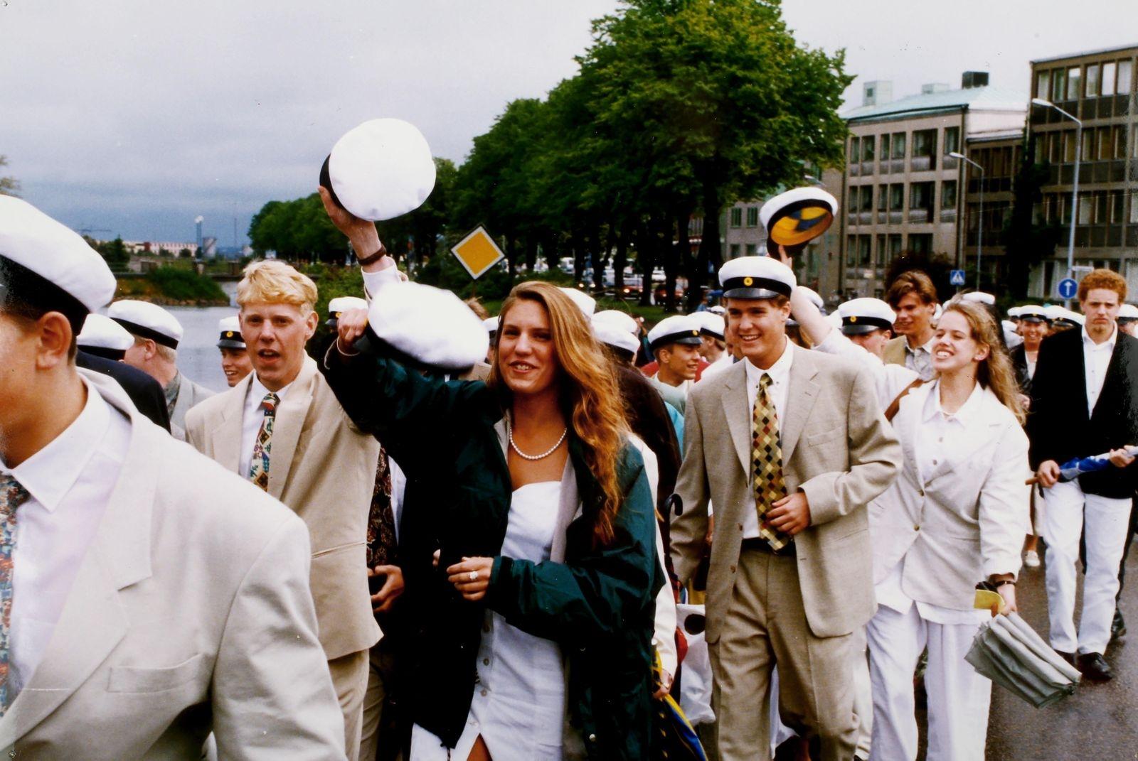 Efter avslutningen i domkyrkan tågade Lars Kaggskolans elever till skolan, och snålblåsten dämpade inte glädjen. Året var 1994.