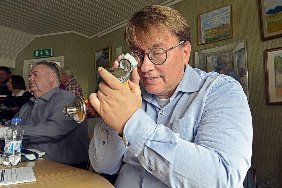 """Daniel Johansson från Kalmar Auktionsverk hade många saker som skulle värderas, alltifrån ringar till amerikanska hantlar i trä och ryska ljusstakar i silver. """"Det hade vi inte väntat oss att få se här. Se till att försäkra dem ordentligt."""" I bakgrunden syns hans kollega Johan Andersson"""