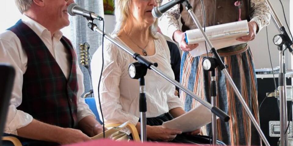 Publiken bjuds på texter på gammalt österlenmål och skånska låtar som Himlen och Österlen.