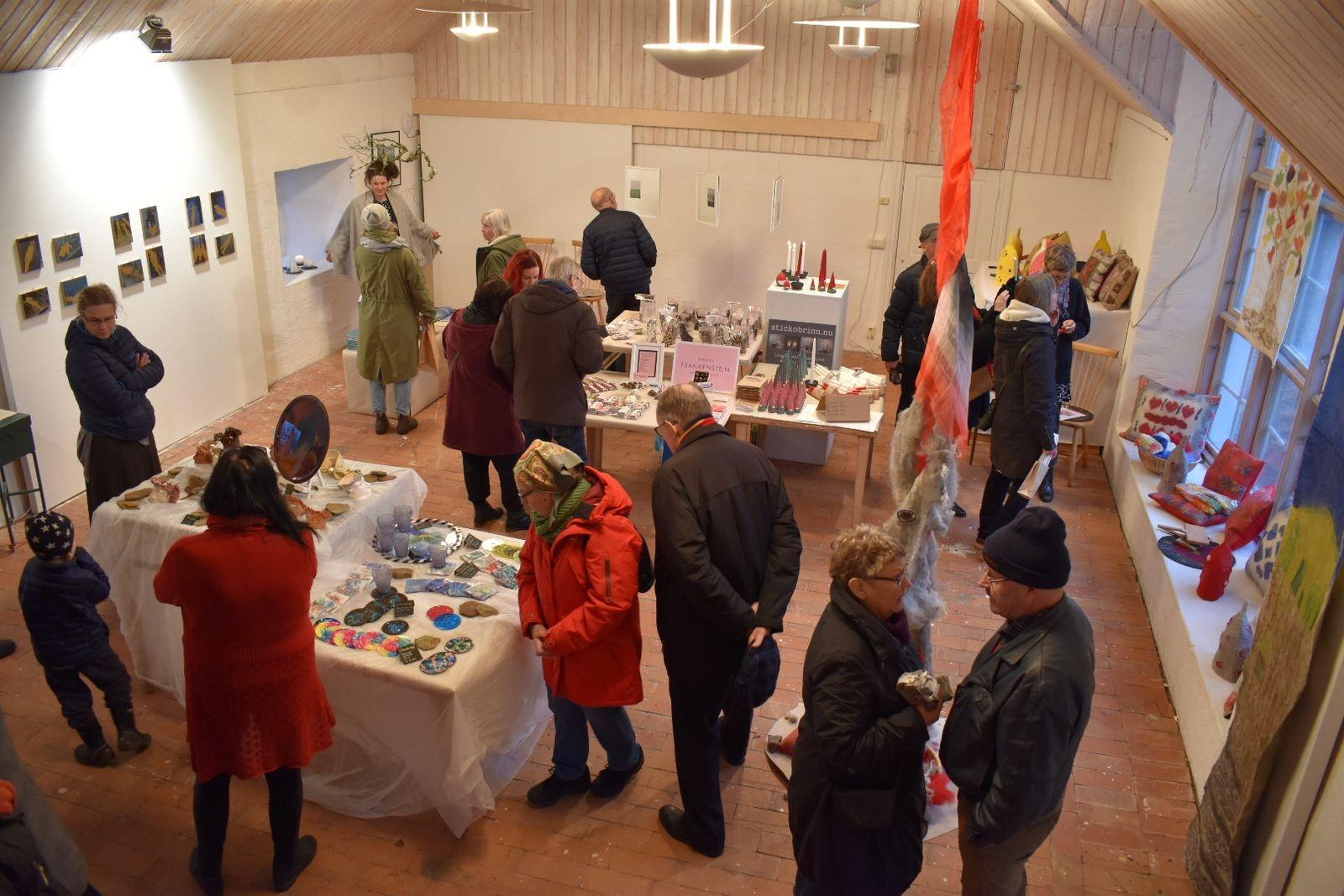 """Vy över konstnärernas utställning från inkubatorn """"Kreativa Öland""""."""