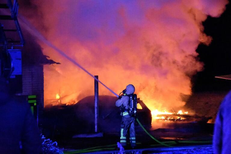 Brand i radhuslänga – carport förstördes