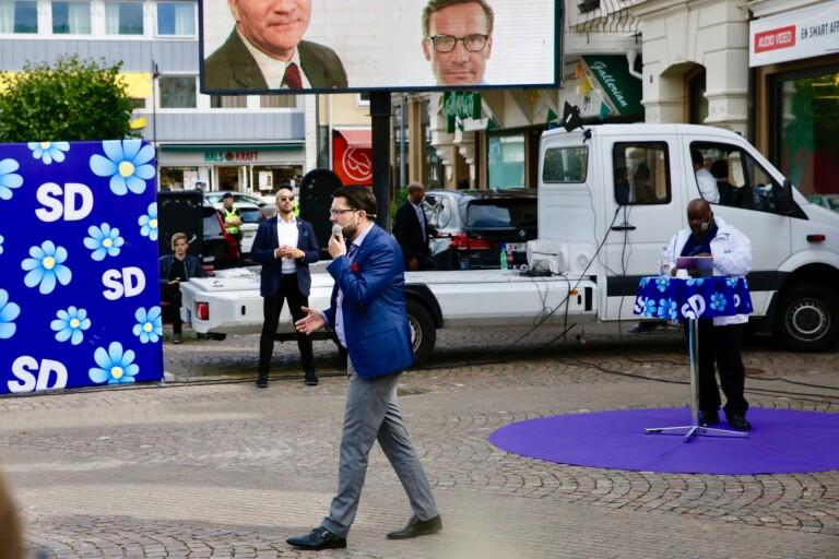 Jimmie Åkesson har tagit scenen i besittning. Etablissemanget har inte klarat av att hantera honom. Bild från valturnén 2018. Jimmie Åkesson på Lilla Torget i Oskarshamn.