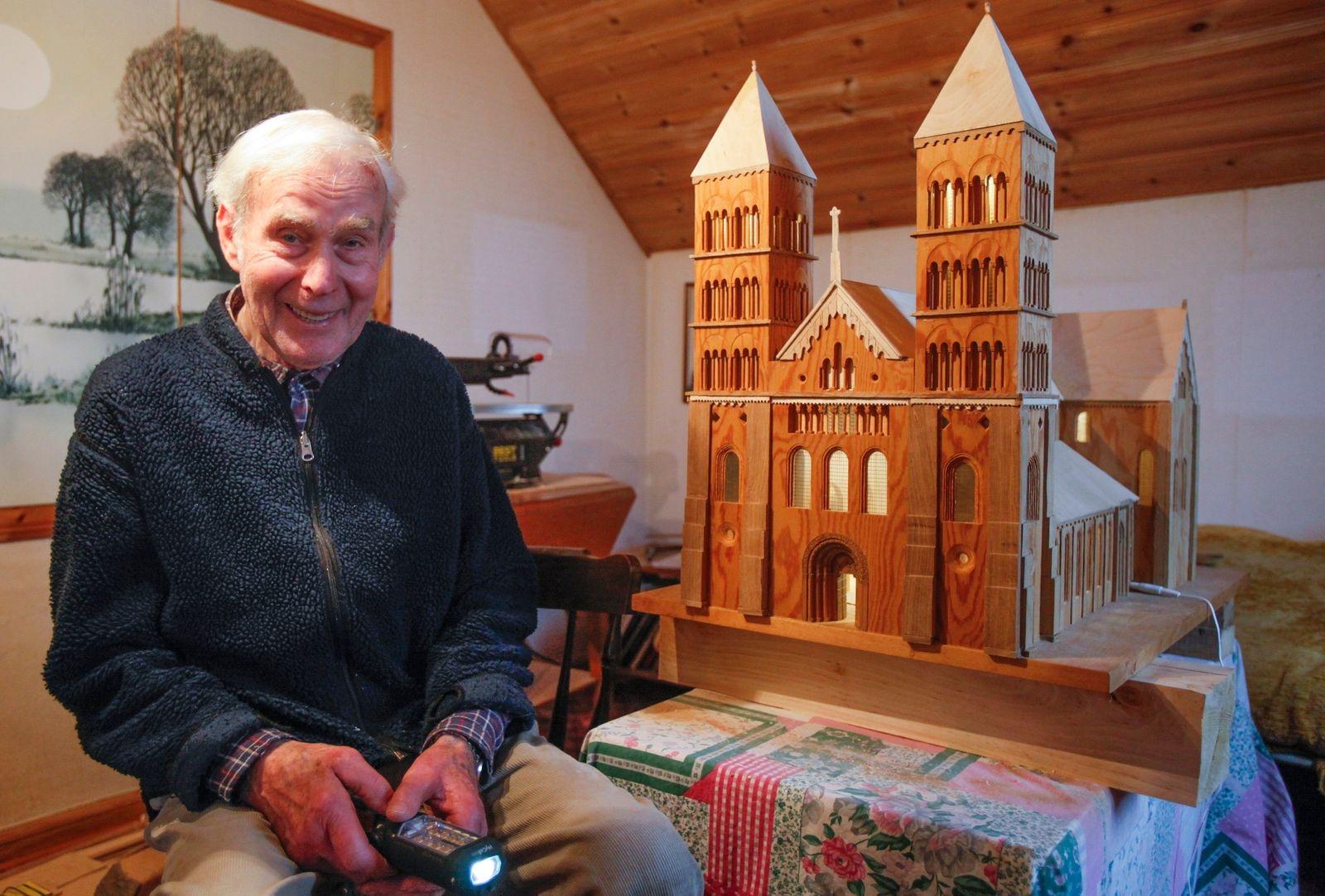 I mitten av mars, efter 10 års byggande och tre försök, stod den äntligen klar. Pelle Henrikssons replika av Lunds domkyrka. Den tidigare lantbrukaren i Gnalöv har fascinerats av domkyrkan sedan barnsben och hoppas att hans modell i olika träslag ska få en plats där.