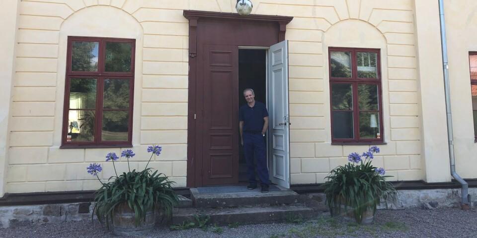 Theo Magounakis utanför ingången till Ebbetorps herrgård.