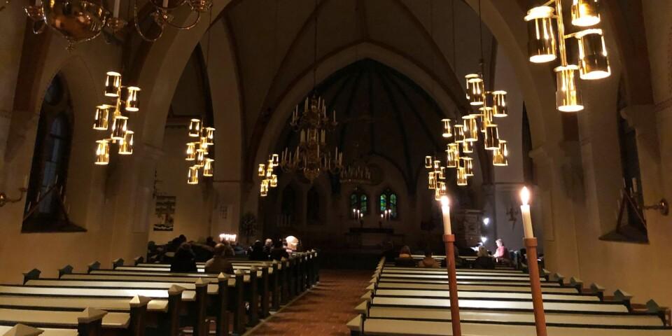 Ett 20-tal personer hade strax efter klockan 18 samlats i Västra Vrams kyrka.