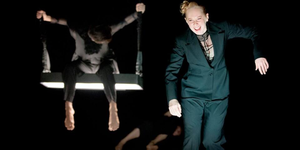 """En scen ur """"Lonely Hunter"""", som utgör ett av två stycken i """"Belonging"""" av Skånes Dansteater."""