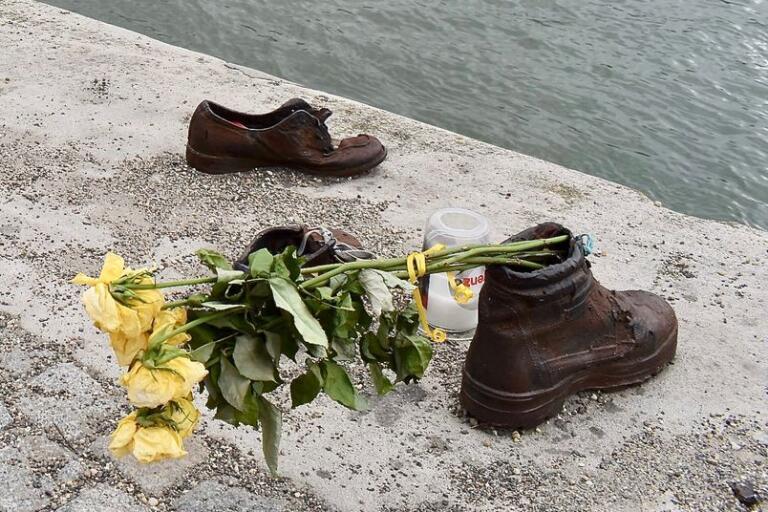 Gyula Pauers monument vid Donau minner om en mörk historia.