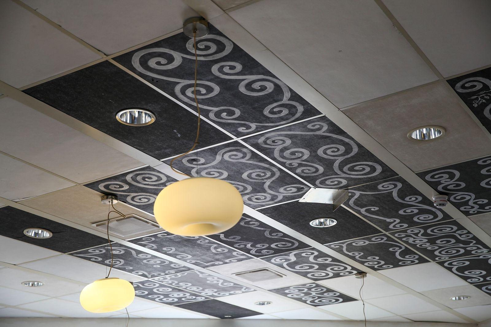 Till och med taket i lokalen bär spår av Sasas kreativitet.