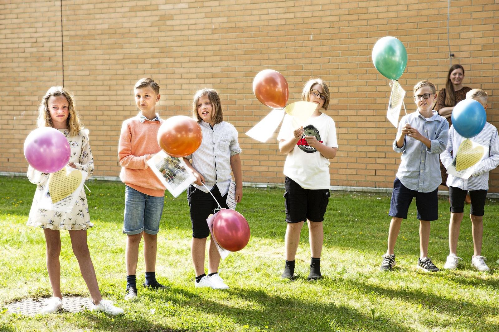 Alla barnen i klass tre på Ulrikaskolan hade fått varsin färgglad ballong som de förgyllde avslutningen med.