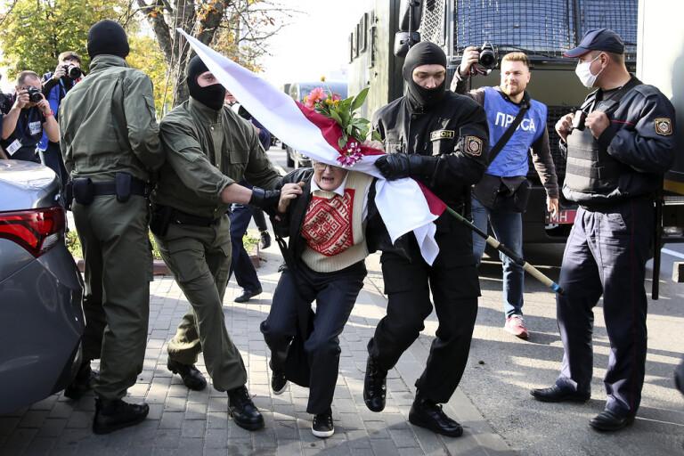 Hyllad 73-åring gripen vid Minskprotest