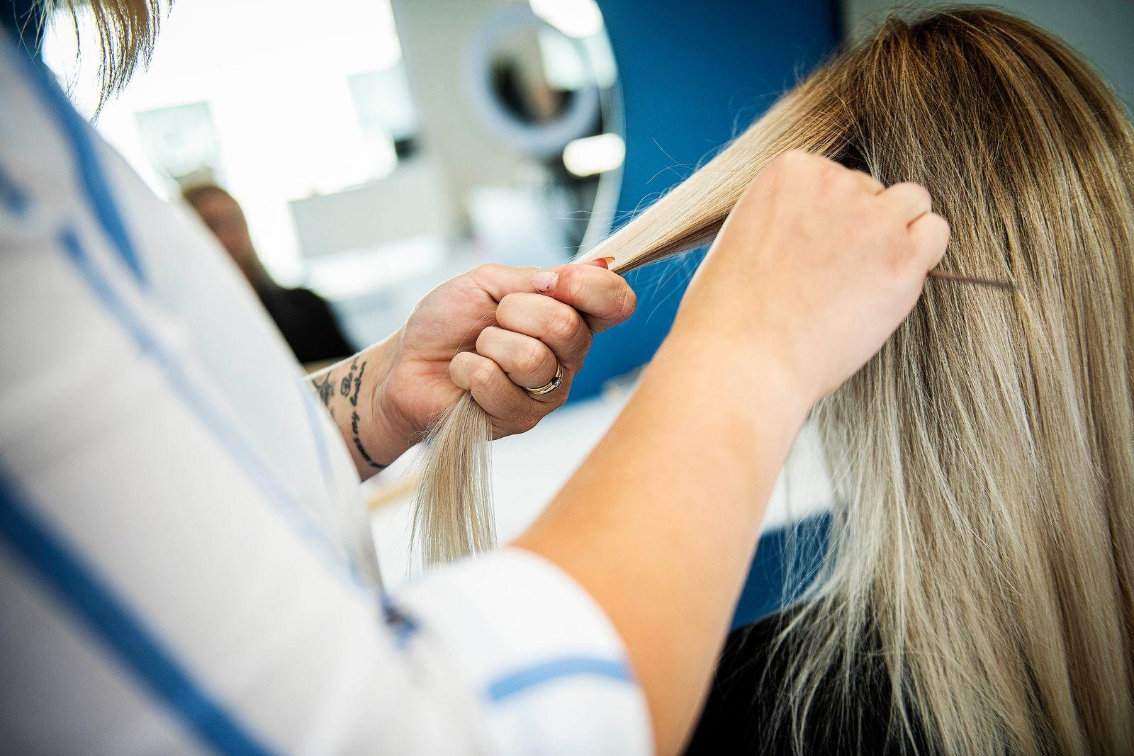 Steg 1: Dela upp håret i två sektioner.