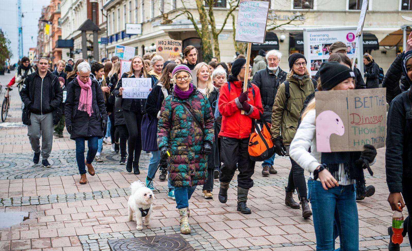 Över 100 klimatdemonstranter marscherar för klimatet.