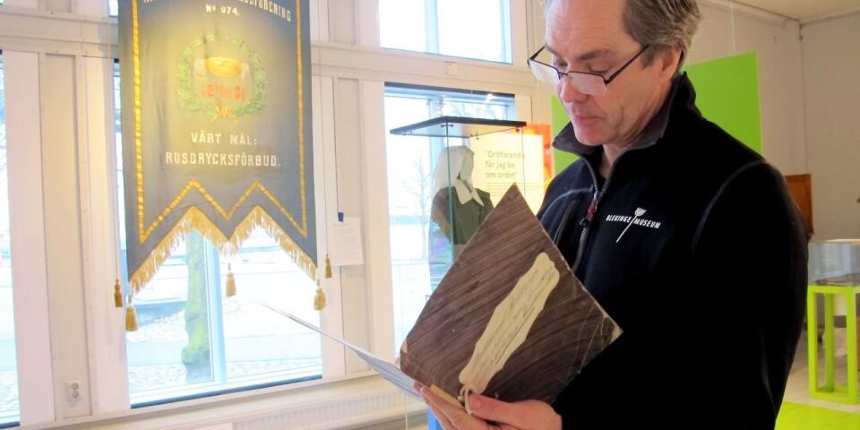 Ola Palmgren läser ur en röstlängd från 1877.