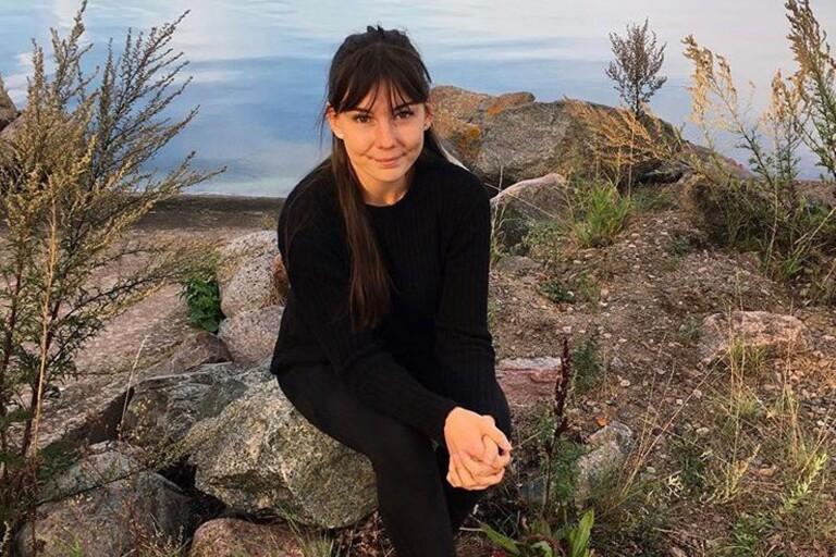 På utsidan ser hon pigg och frisk ut, men insidan hos Hanna Hartvig säger något helt annat. I sju år har hon levt med ätstörningar och ångest, med den dåliga självkänslan längre än så. Just nu har hon diagnostiserats bulimi och depression och snart börjar hon sin behandling på en ätstörningsklinik i Göteborg.