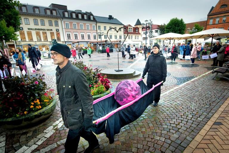 Klimataktivister tågade med sjukbår genom stan