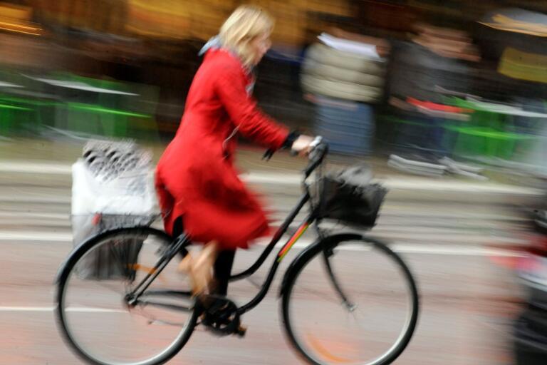 """Till Rönnåsens industriområde går det både gång- och cykelvägar samt bussar, men till Vists industriområde är det svårt att ta sig utan bil, skriver signaturen """"Orolig anhörig"""" (genrebild)."""