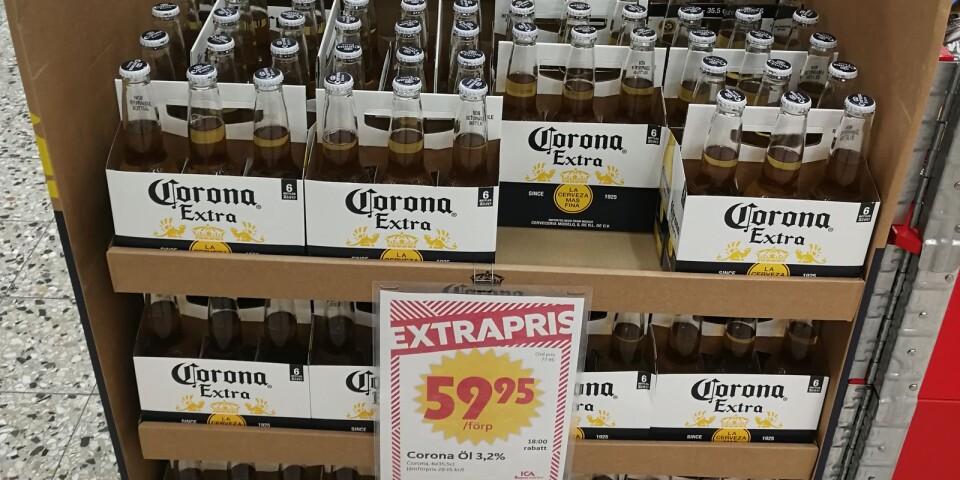 Det första som mötte kunderna på Ica på onsdagen var en stor pall med öl av märket Corona på extrapris.