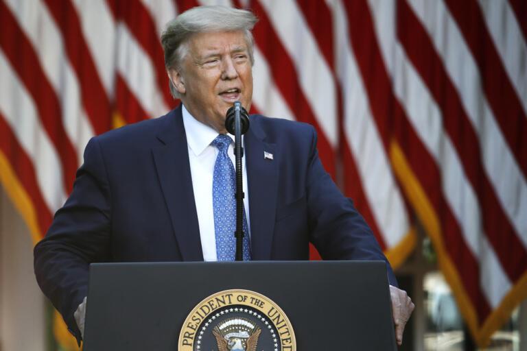 Den amerikanske presidenten Donald Trump under sitt tal i måndags, där han hotade med att kalla in militären om inte delstaternas guvernörer lyckades stävja de bitvis våldsamma protesterna i landet förra helgen.