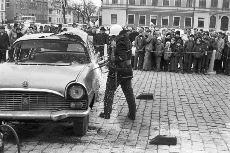 Brandkåren har uppvisning på stortorget i Växjö 20 april 1970.