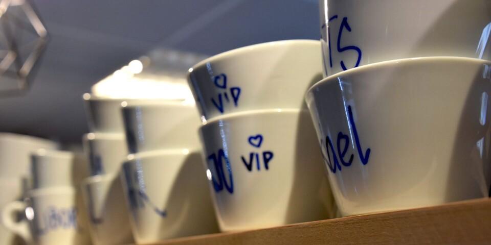 Karins Bistro har ända sedan kafétiden många entusiastiska stamgäster. De har förärats med egna VIP-koppar med sina namn på.