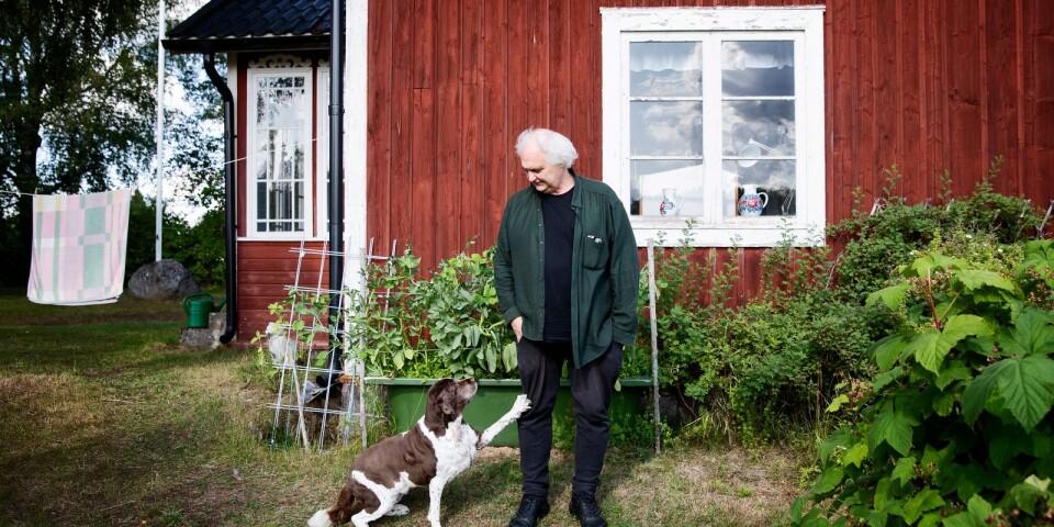 """Författaren, chefredaktören och debattören Göran Greider och hunden Stina vid sommarhuset i Dala-Floda. Greider är aktuell med boken """"En av dess morgnar ska du stiga upp sjungande""""."""