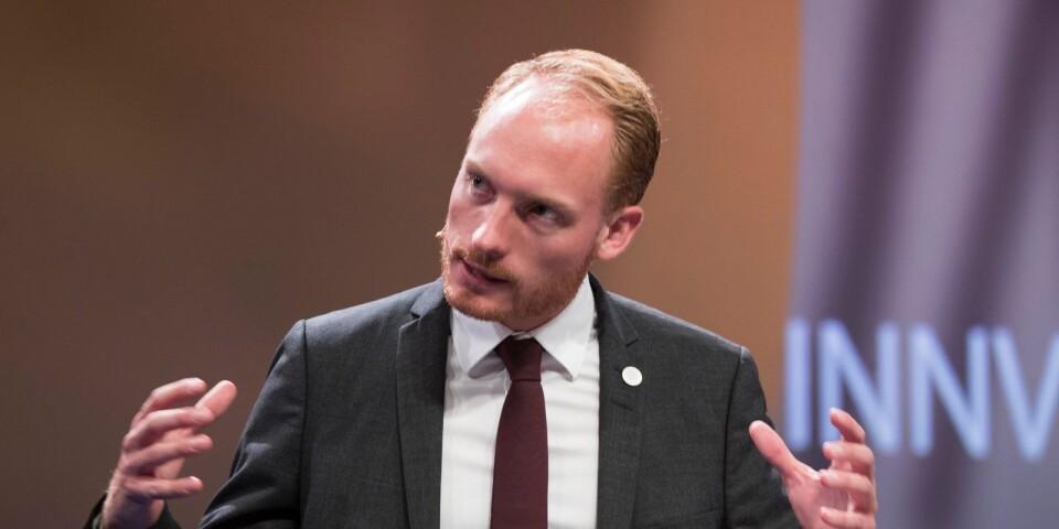 Aron Emilsson, Sverigedemokraternas kulturpolitiske talesperson, vill att kulturpolitiken ska främja det svenska kulturarvet. Harry R:son Svensson värjer sig mot detta med motiveringen att konsten ska vara fri.