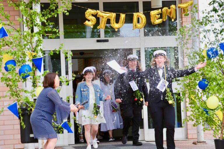 ES-programmets studenter sprang ut klockan 10.15 på fredagen.