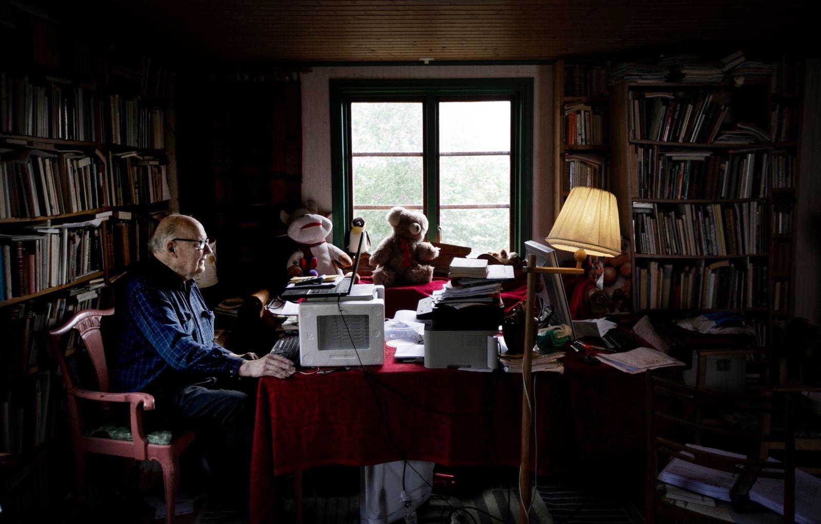 """Vardagsrummet är fullt av böcker från golv till tak. """"Jag är så gammal så jag är expert på allting"""", säger Anders Marell med ett leende."""