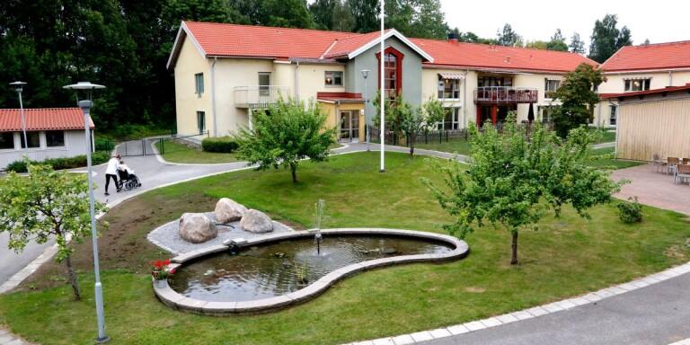 Sektor välfärd räknar totalt sett med ett överskott mot budget med 5,5 miljoner kronor vid årets slut. Bilden tagen vid Solrosens äldreboende i Ulricehamn.