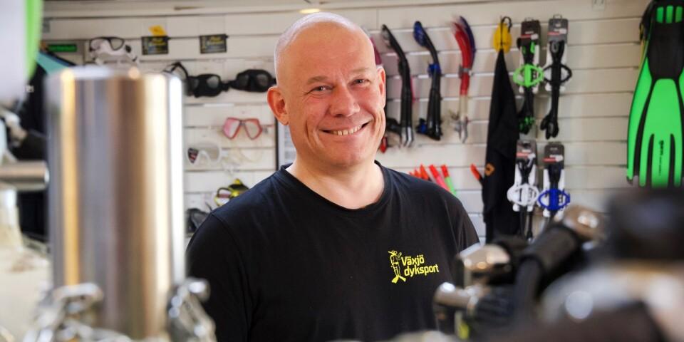 Anders Håkansson är ägare och instruktör på Växjö dyksport. Att dyka i de svenska vattnen kan vara minst lika spännande som i de tropiska, menar han.