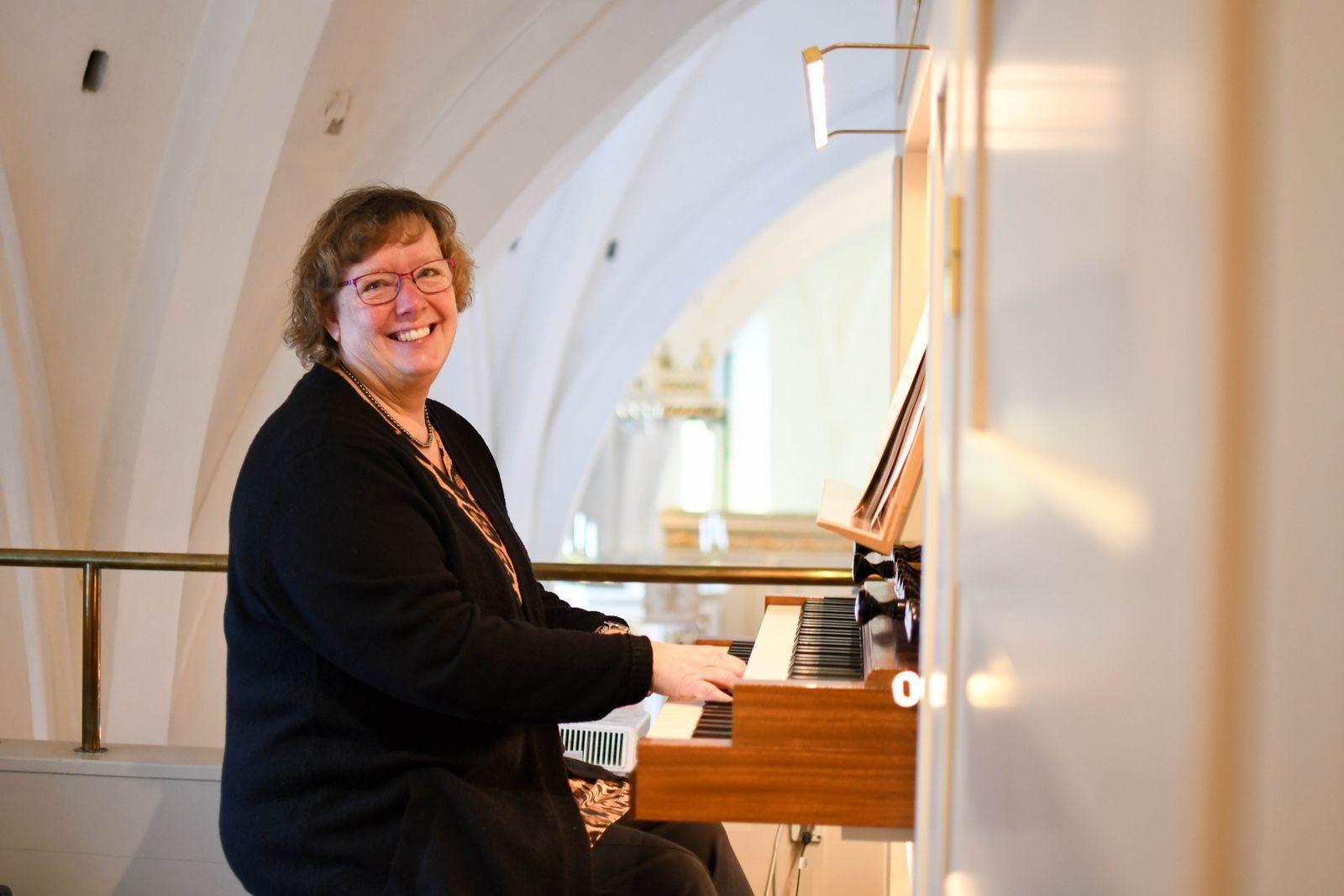 """– Tanken med musikstunderna är att förmedla att """"vi finns här"""".  Vi försöker göra vad vi kan i denna svåra tid, säger Christina Nilsson, kantor."""