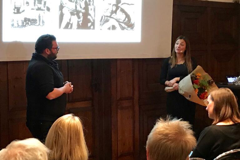 Csaba Bene Perlenberg från Publicistklubben Södra intervjuar Kim Wall-pristagaren Anne Kirstine Hermann.