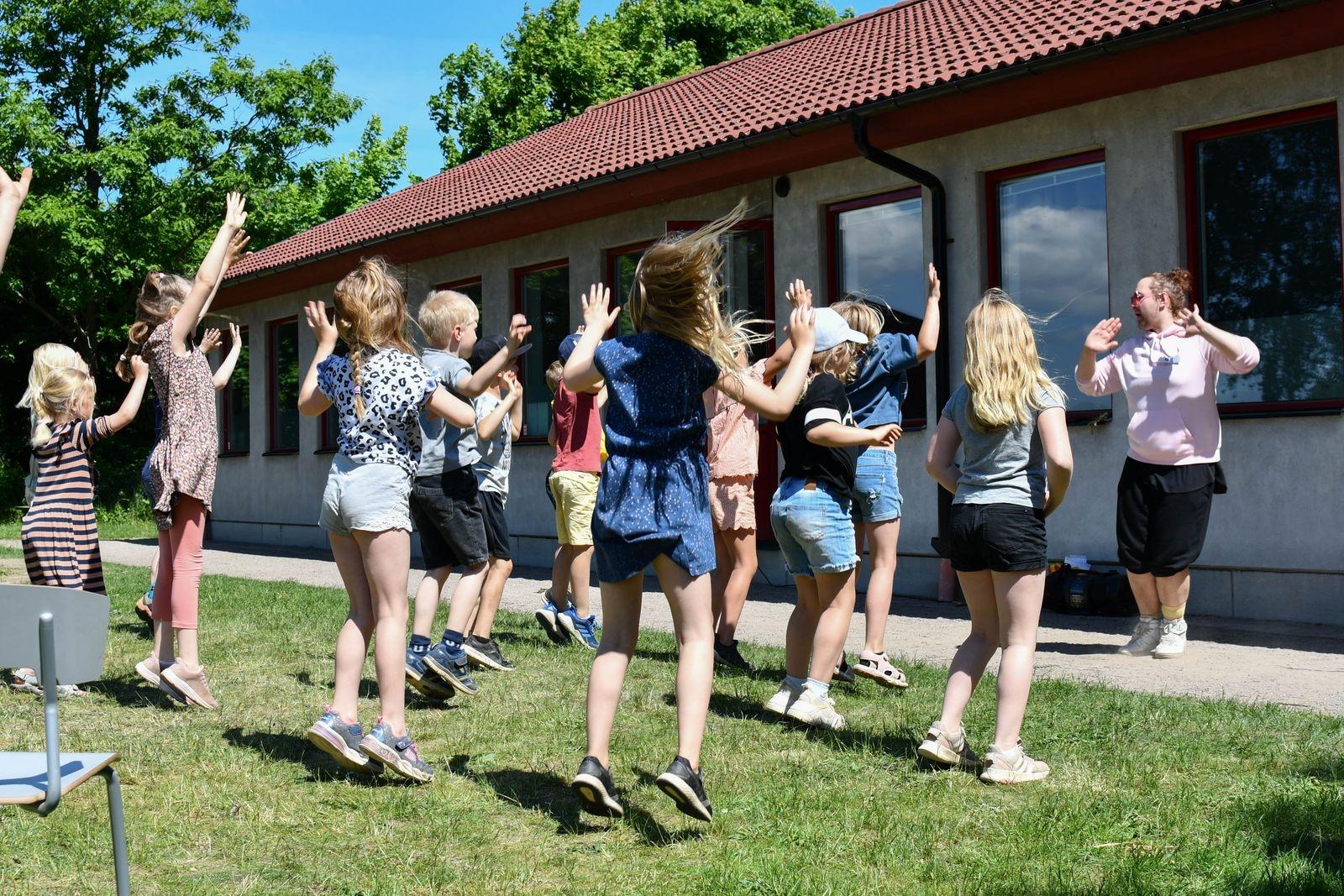 """Dansen med """"Kulturskole-Tobias"""" var dagens höjdpunkt för många. På bilden skakar årskurs ett loss."""