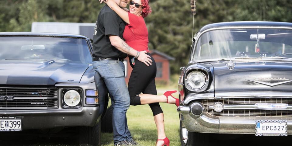 """Cia Sandell och pojkvännen Joacim Axelsson delar bilintresset. Joacims Chevrolet Chevelle, tv, är totalt ombyggd och modern, bara skalet är sig likt. Motorn är på 660 hästar och så vridstark att karossen spricker. """"Jag har jobbat med den i tio år men jag kommer hela tiden på nya grejor att göra"""", säger han."""
