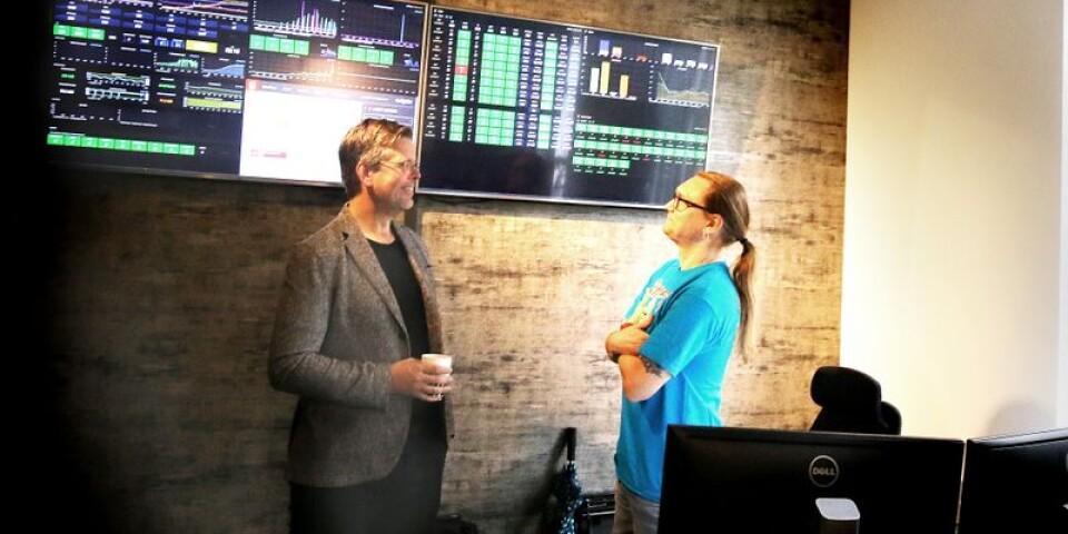 Fredrik Logenius, vd och delägare i Optidev, och kvalitetsansvarige Emil Kyrk som håller koll på driftdata från cirka 150 servrar där kundernas data registreras.