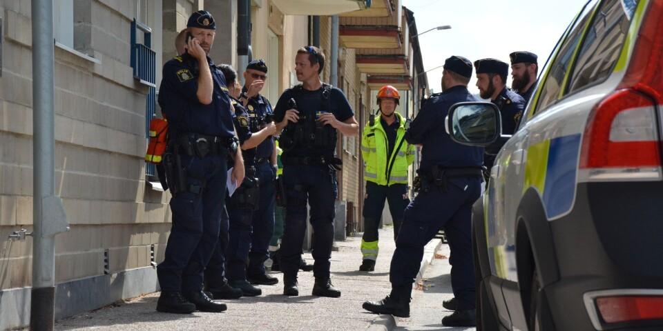 Polisen har spärrat av ett område utanför fastigheten.