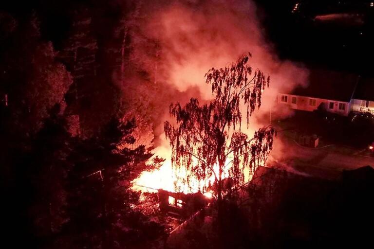 Radhusbranden: Lägenhet totalförstörd i stor brand